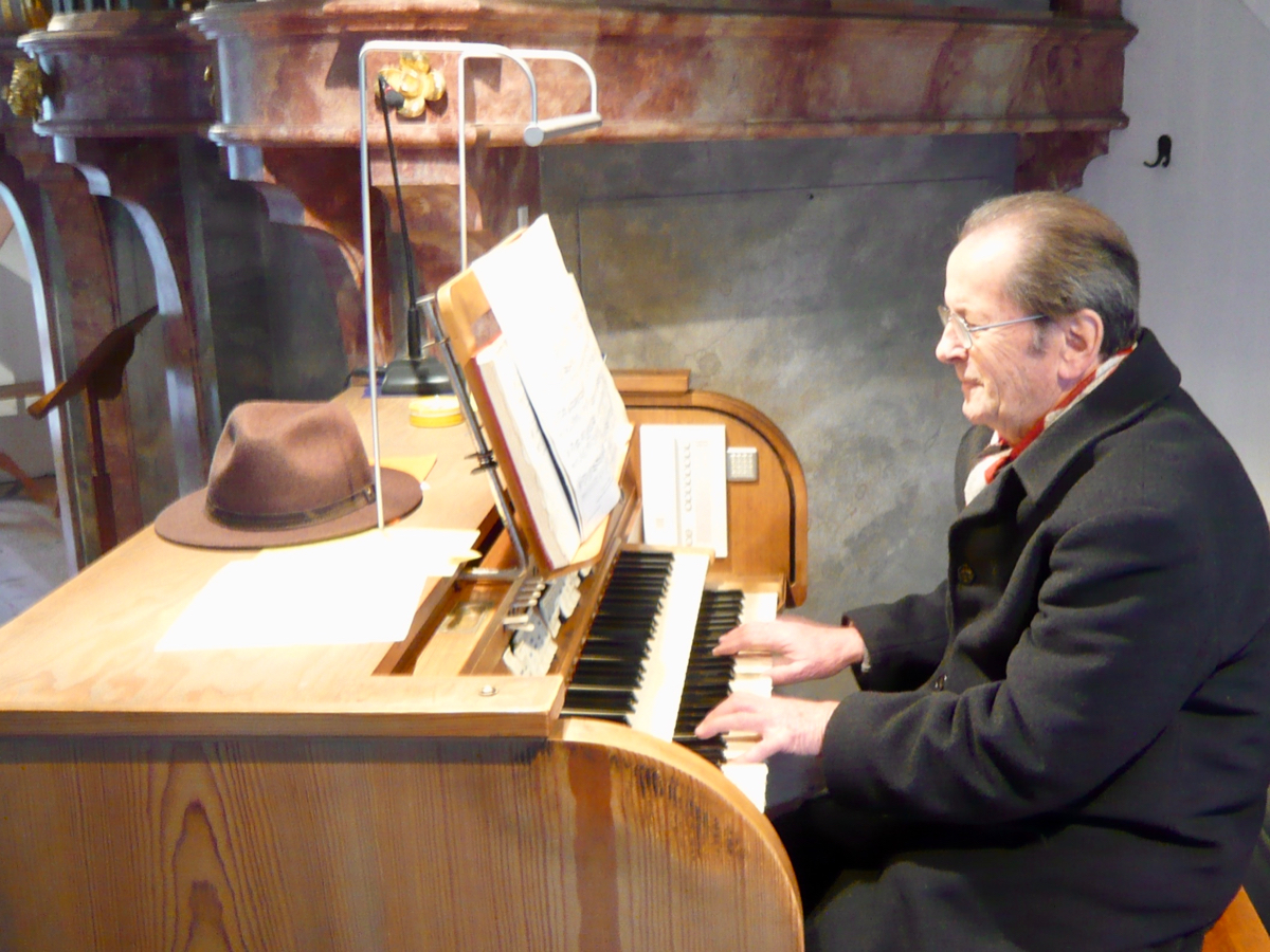 Sepp Rumberger an der Orgel in St. Emmeram, Vogtareuth